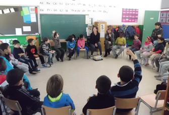 La Cristina explicant la seva història a una classe de nens i nenes de primària de l'Escola Carme Auguet de Girona