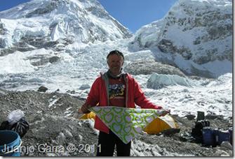 Juanjo Garra a l'Everest amb el mocador de l'AACIC CorAvant