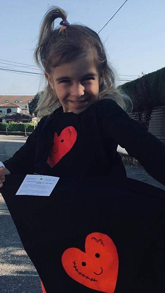 Gal·la con la bolsa y la camiseta