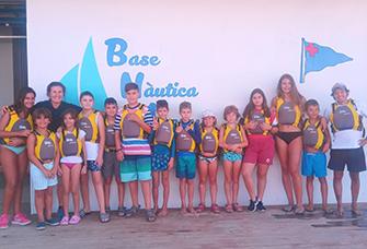 Un grup d'infants i joves de l'AACIC navega amb caiac, SUP i catamarà a Arenys de Mar